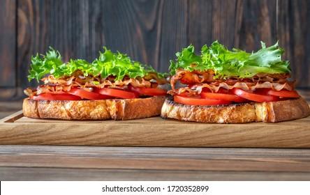 BLT-Sandwiches mit Speck, Salat und Tomaten