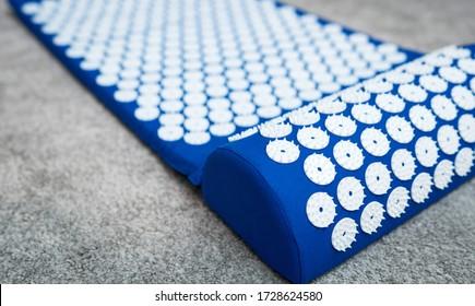 Tapis d'acupuncture bleu. Médecine chinoise alternative.