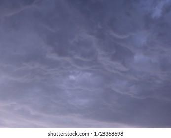 Blauer Hintergrund mit starken Donnerwolken am Himmel, Platz für Text