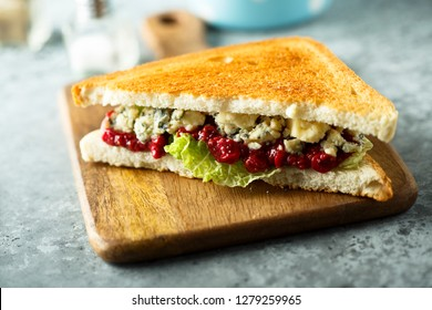 Blue cheese sandwich with cranberry chutney