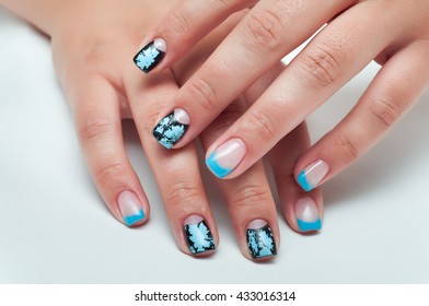 Blue french manicure with black potreskanymi inserts two fingers
