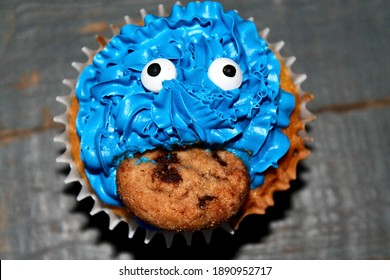 Blue iced cupcakes with chocolate chip cookie