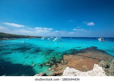 Blaue Lagune. Fontana Amoroza auch als Blue Lagoon bekannt, in Latchi, Paphos, Zypern, der beliebtesten Bucht der Insel
