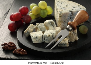 Blue mold cheese roquefort / gorgonzola with nuts and grapes