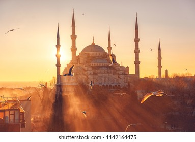 The Blue Mosque at sunset, (Sultanahmet Camii), Istanbul, Turkey