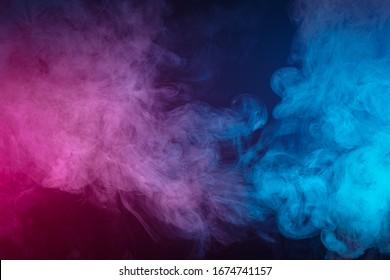 Rauch der blauen und rosafarbenen Bombe auf schwarzem Hintergrund
