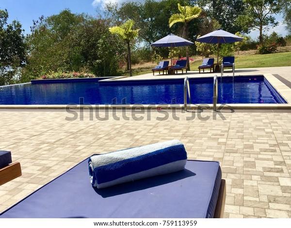 Blue Pool Lounge Chairs Umbrella On Stockfoto (Jetzt ...