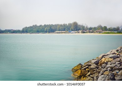 blue sea On the island.Sky Blue.Pile of stones.There is a tree behind the image.Nature pictures