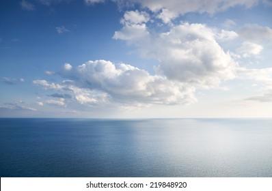 Blauer Himmel mit Wolken über Meer. Naturzusammensetzung.