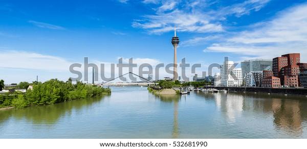Blauer Himmel mit Wolken im Sommer in Düsseldorf. Rheinturm Turm und eine Brücke, Nordrhein-Westfalen, Deutschland, Europa.