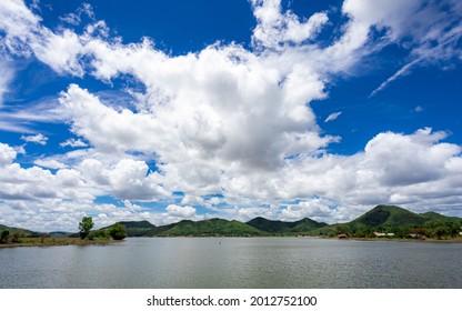blauer Himmel in einer guten Zeit, Konzept der Freiheit wie Wolke oder ein guter Tag und eine gute Zeit.