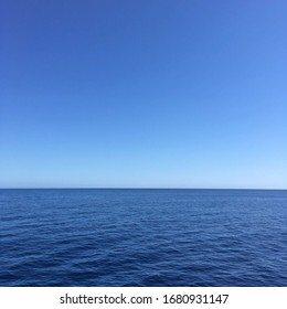 Blue sky horizon on the ocean