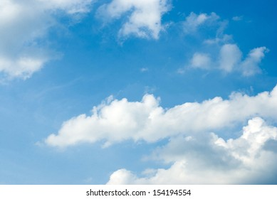 the blue sky and white clouds, like a beautiful painting