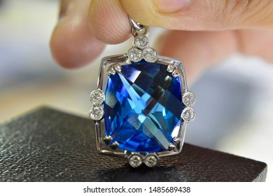blue topaz Is a beautiful natural blue gemstone that is popular because it has beautiful colors and is expensive. Used to make jewelry