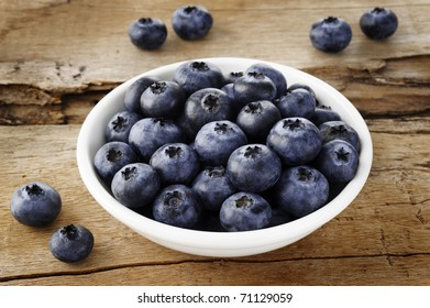 blueberry in bowl on wood background