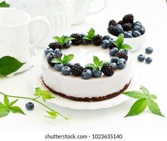 Blueberry cheesecake without baking, with blueberries and blackberries.