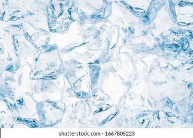 Blau-getönter, zerkleinerter Eiswürfelhintergrund.