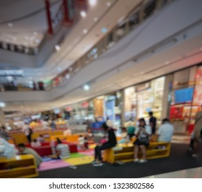 blur background of people in shopping mall.