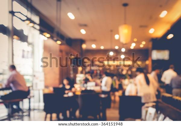 unscharfer Kaffeehaus oder Café-Restaurant mit abstraktem Bokeh-heller Hintergrund.Für die Montage von Produkten oder die Gestaltung der wesentlichen visuellen Gestaltung