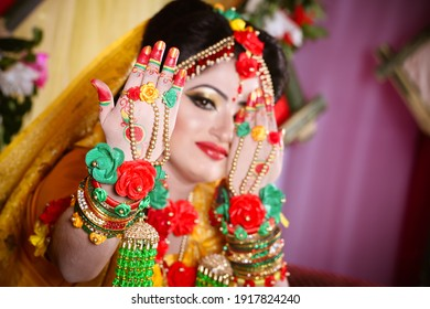Blur face and showing hand -wedding photography ideas
