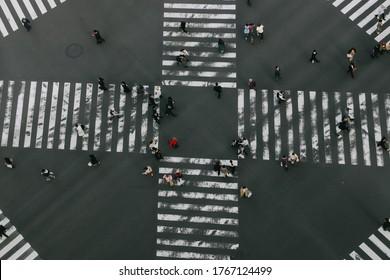 東京・銀座地区の横断歩道を通る人々の空撮映像。