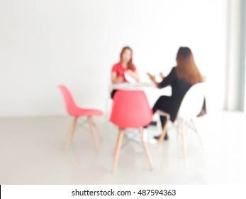 размытие двух 20-30-х годов женщины, говорящей в современном офисе: для фонового использования