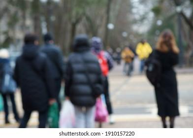 unscharfer Hintergrund. Die Leute gehen entlang der Hauptallee der Stadt. Stadtleben.