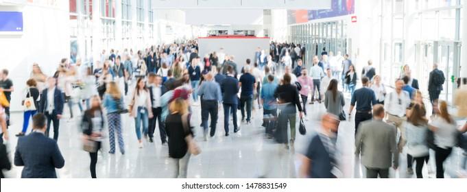unscharfe Geschäftsleute in einem modernen Korridor