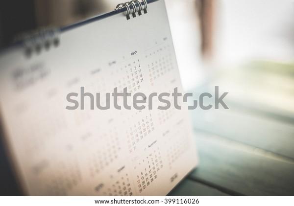 Tom escuro da página do calendário desfocado