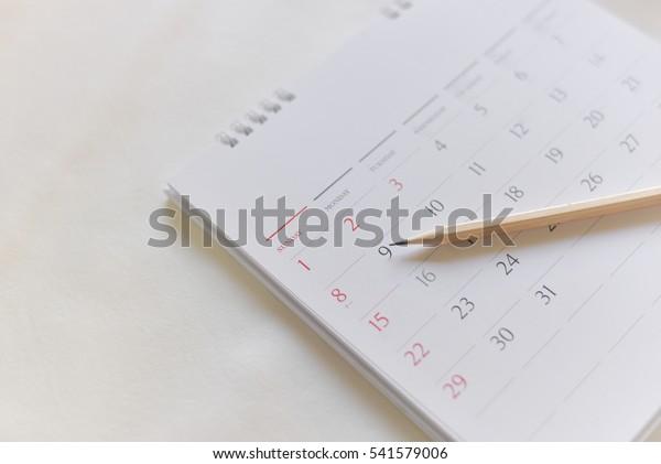 unscharfe Kalenderseite in weißem Ton.