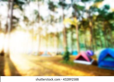 unscharfer Campingplatz und Sonnenaufgang
