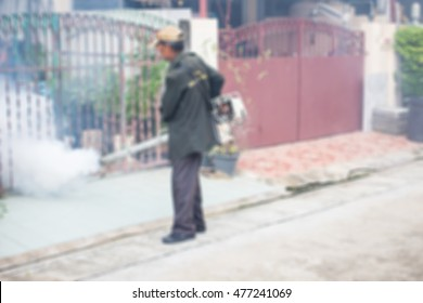 Blurred the employees of the municipality made by injection to control scourge of mosquitoes in village