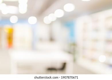 Unscharfes Bild für den Hintergrund vieler Bücher in der Bibliothek.
