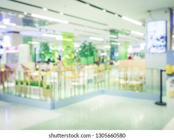 Blurred image of food court cafe in shopping mall