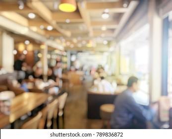 unscharfes Bild von Menschen, die warten und Schlange, um etwas Essen zu bestellen und Bezahlung im Fastfood-Store. Vintage-Ton und Lichteffekt.