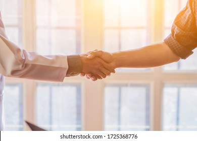 Blurred images,The doctor Hand shake with patients to congratulate the coronavirus covid-19 until it disappeared and no coronavirus covid-19 was detected in the body and able to return to normal life.