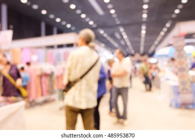 Blurred People shopping in department store.