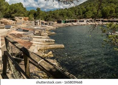 cabañas en un pequeño puerto