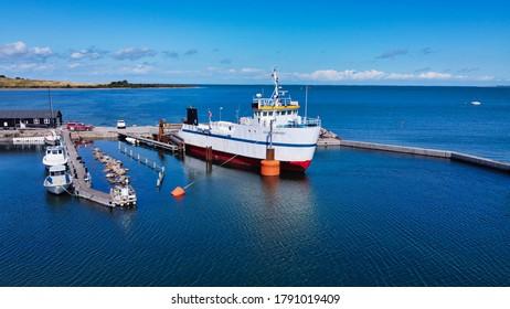 Boot auf anderen Booten, im Hafen geparkt (4k) (Lufttrommel-Foto)