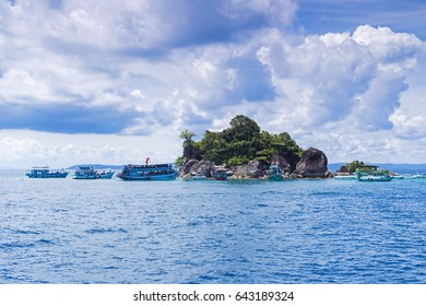 A boat carrying tourists to see the beauty of the sea of Thailand.