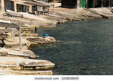 cabañas náuticas en una pequeña bahía