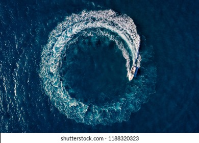 Boat Loop on the sea