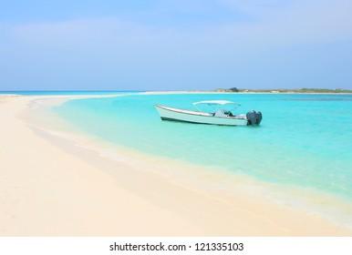 Barco en la playa tropical de la isla Cayo de Agua, Los Roques, Venezuela