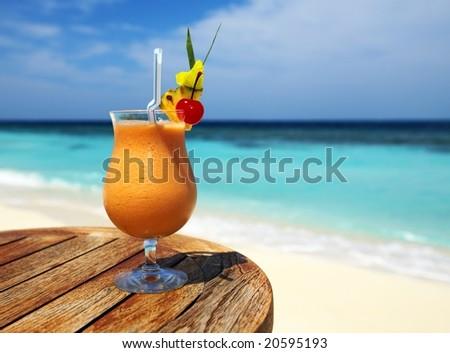 Bocal Fruity Cocktail On Beach Table Stockfoto Jetzt Bearbeiten