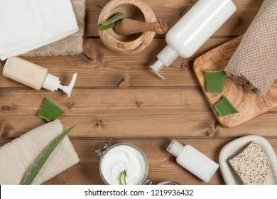 Kit de soins du corps. Crème, Produits D'Accueil, Savon, Shampoing, Serviettes. Vue supérieure