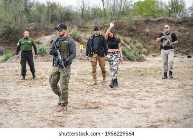 Sicherheit von Bodyguard- und VIP-Personen. Ausbildung zum Schießen von Kampfwaffen im Freien