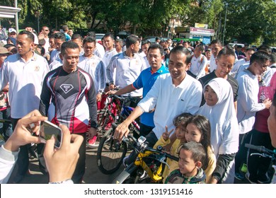 Bogor residents struggled to break through Paspampres just to pose with Indonesian President Jokowi during Car Free Day along Jalak Harupa Street Bogor