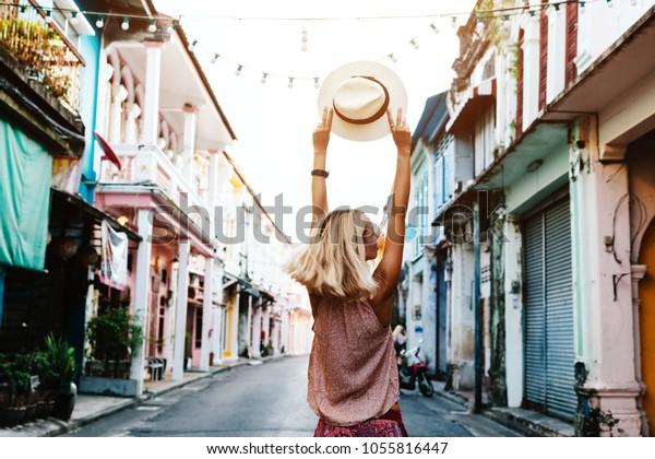 街の通りを歩くボホーの女の子。タイのプーケット古い町を旅して。