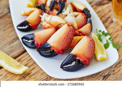 Boiled crab claws with lemon