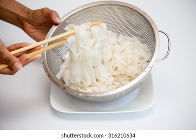 Boiled and drained wide rice noodles